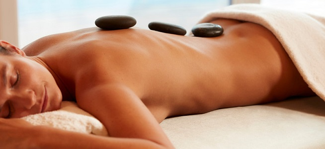 Hot stone treatment in the spa